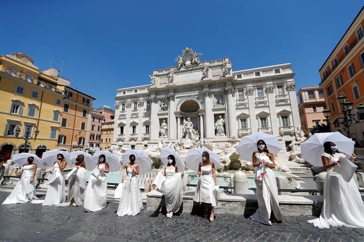 Roma'da gelinler 'korona' nedeniyle düğünlerin ertelenmesini protesto etti