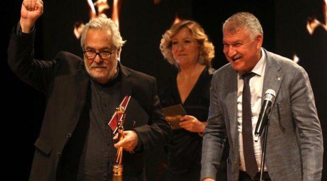 Rutkay Aziz, 'Yaşam Boyu Onur Ödülü'nü TTB'ye ve sağlık emekçilerine adadı