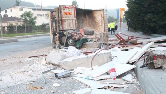 Sarıyer'de iş makinası ve moloz yüklü kamyon devrildi