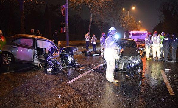 Sarıyer'de kaza; Önce ağaca , ardından otobüs durağına çarptı