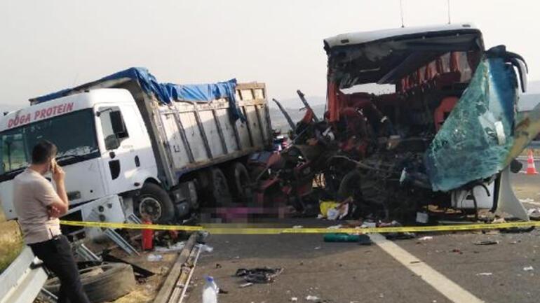 Soma'da TIR, otobüse çarptı: 6 kişi öldü, 42 kişi yaralandı
