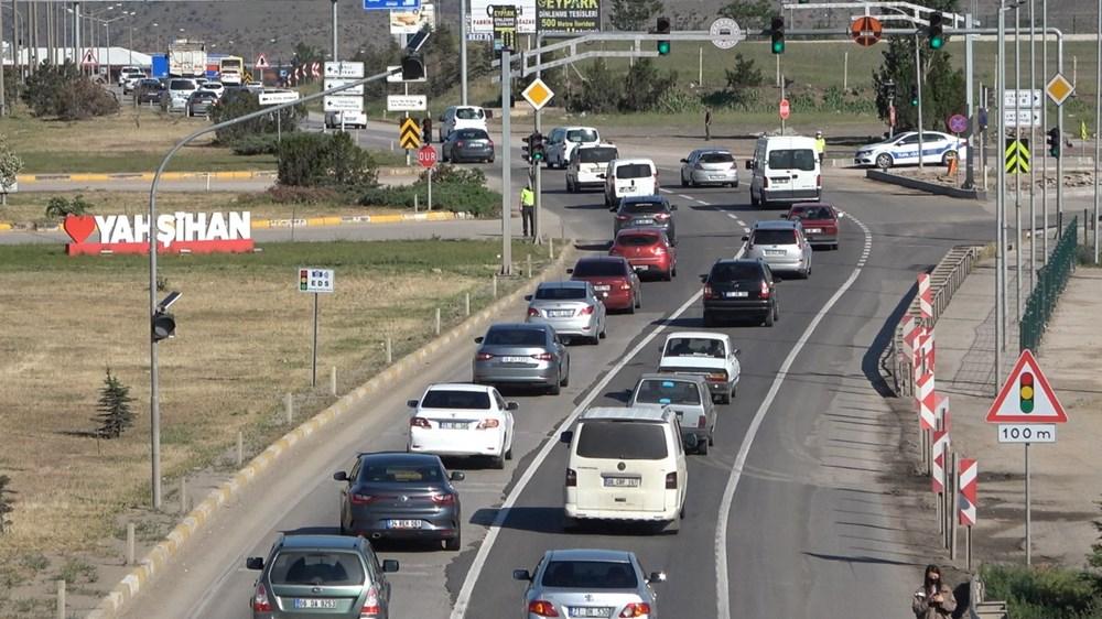 Tam kapanma sonrası 43 ilin geçiş noktasında trafik kilitlendi