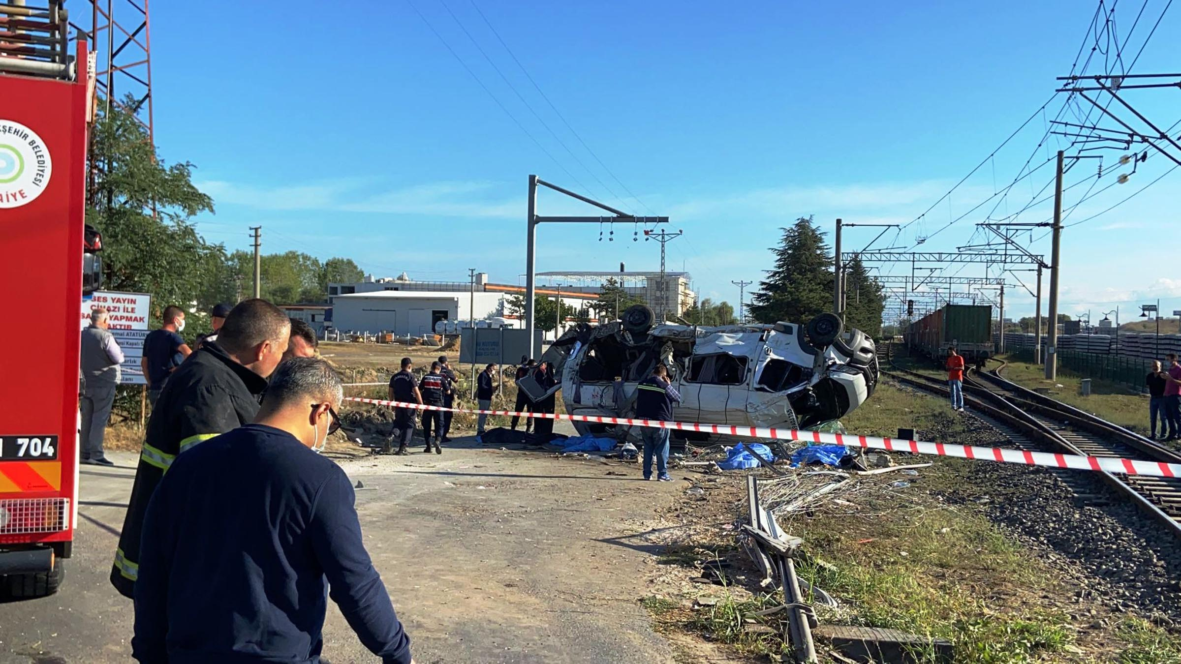 Tekirdağ'ın Ergene ilçesinde yük treni minibüse çarptı: 6 ölü