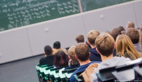 Teneffüste Türkçe konuşan öğrenciyi öğretmeni cezalandırdı