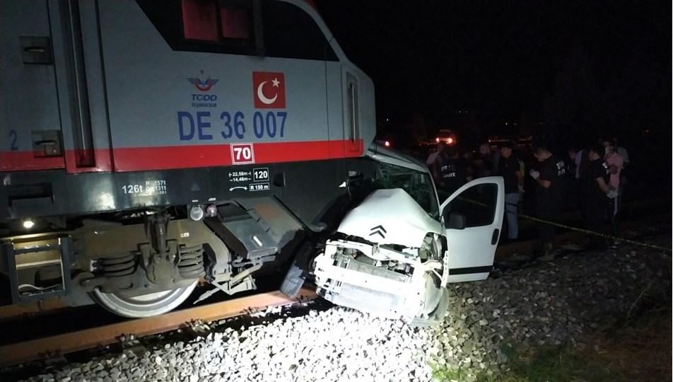 Trenle çarpışan araçta 2 kişi yaşamını yitirdi