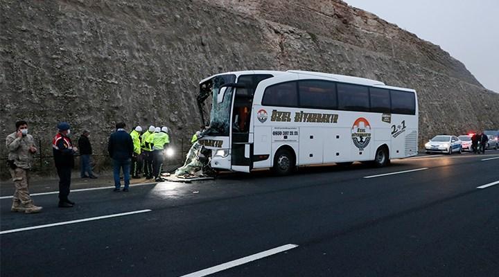Urfa'da yolcu otobüsü TIR'a çarptı: 3 ölü, 30 yaralı