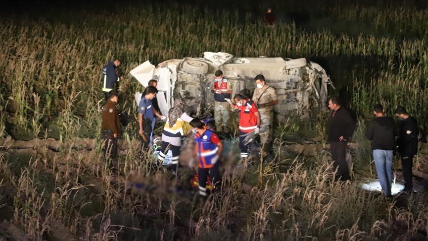 Van'da kaçak göçmenleri taşıyan minibüs devrildi: 1 ölü, 16 yaralı