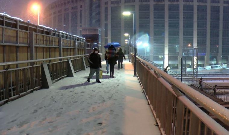 Yollar beyaza boyandı: İstanbul'da kar yağışı