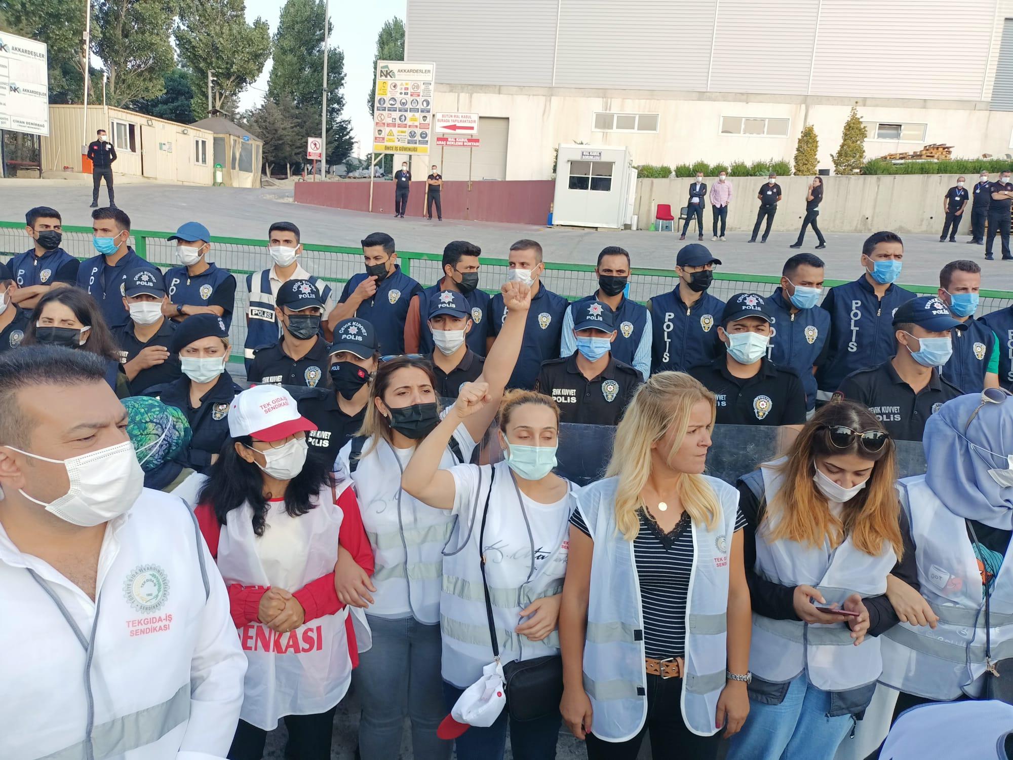 Yönetim grev öncesi işçileri tehdit etmişti: Adkoturk işçileri greve çıktı