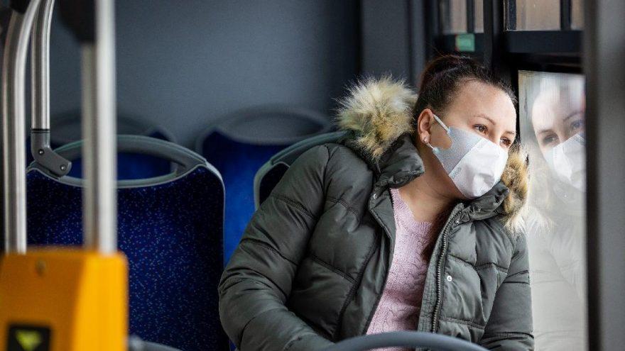 Yunanistan'da kapalı kamusal alanlarda maske takmak zorunlu hale geldi